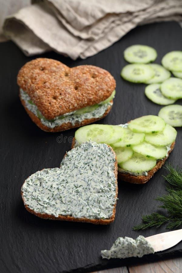 Sandwichs en forme de coeur avec le fromage fondu images libres de droits