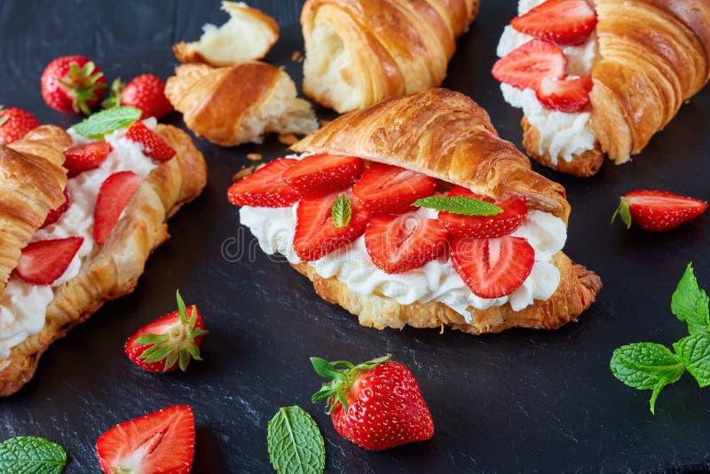 Sandwichs français à croissant avec les fraises mûres photos libres de droits