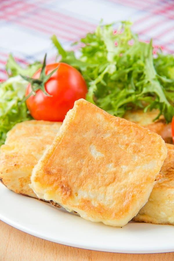 Pain grillé français avec les oeufs et le mozzarella photo stock