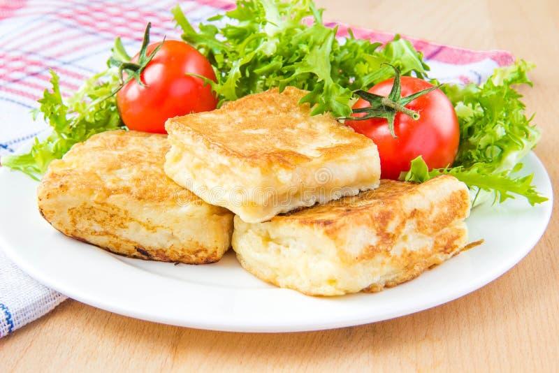 Pain grillé français avec les oeufs et le mozzarella photographie stock libre de droits