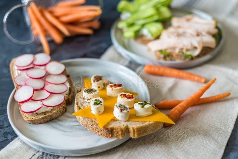 Sandwichs ouverts sains avec les l?gumes, les carottes, le radis, le fromage de cheddar et la pastrami de dinde, concombre sur un images stock