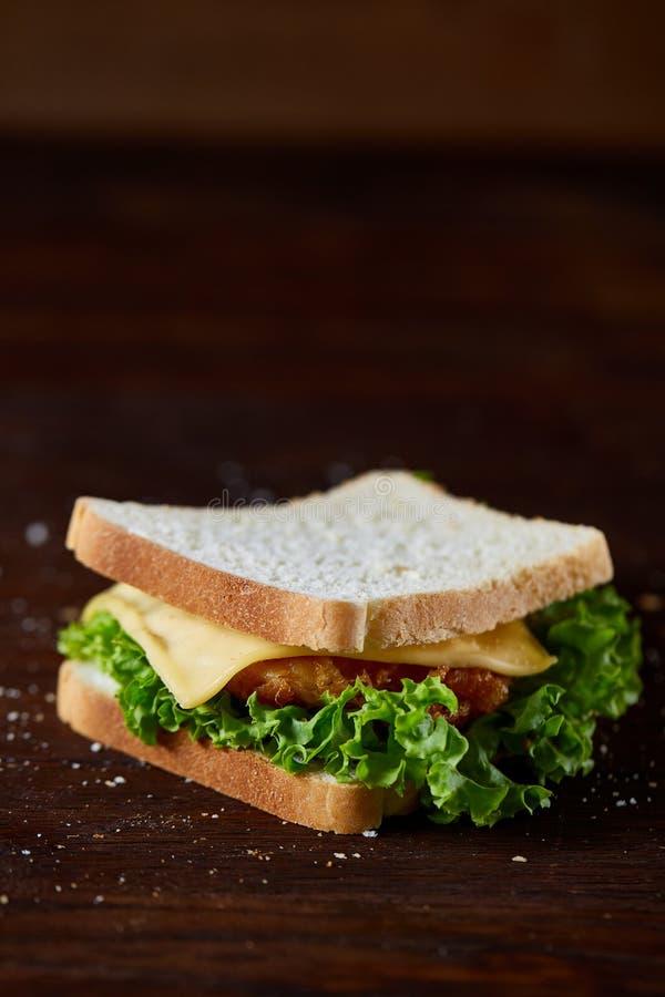 Sandwichs savoureux et frais sur la planche à découper au-dessus d'un fond en bois foncé, plan rapproché image stock