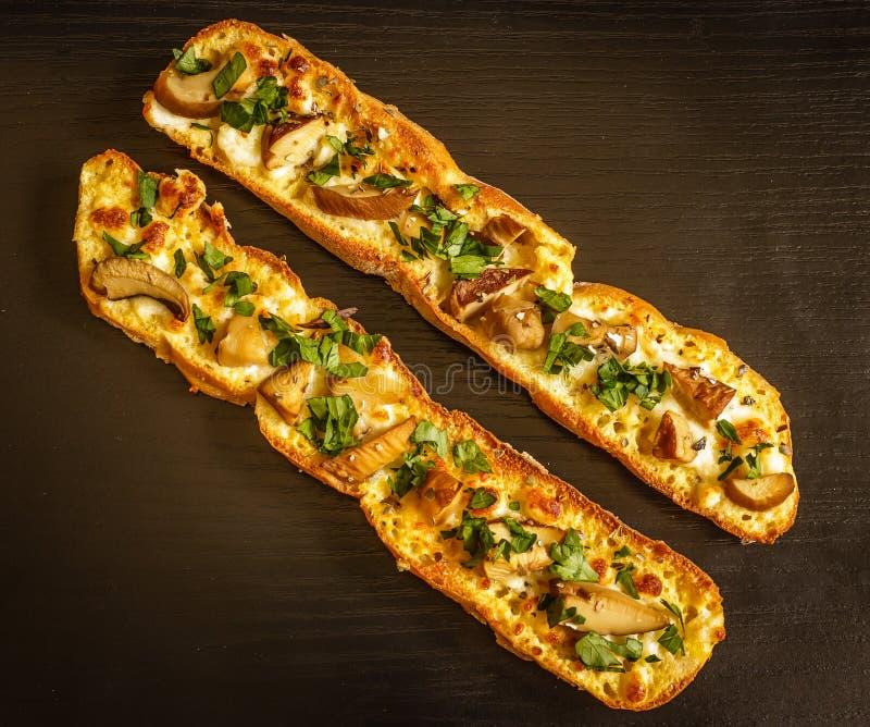 Sandwichs végétariens frais faits maison avec du fromage, champignons et photos stock