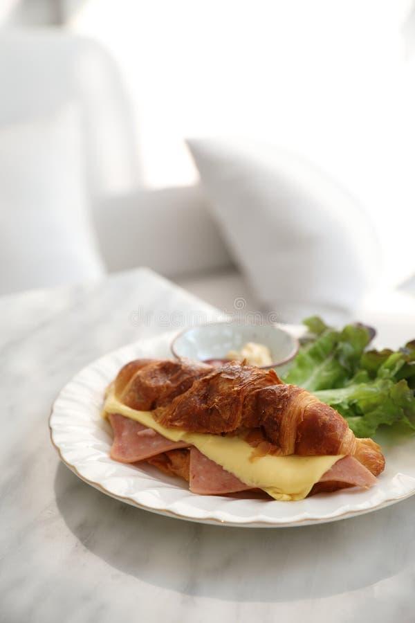 Sandwichschinken und -käse auf weißer Tabelle in der Kaffeestube stockfotos