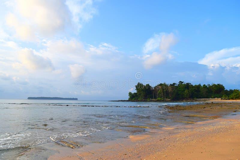 Sandy Beach, acque di mare calmo, pianta, isola distante, & nuvole bianche in cielo blu - Sitapur, Neil Island, andamane Nicobar, fotografia stock