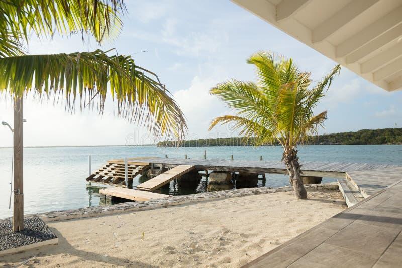 Sandy Beach com doca, Exuma, Bahamas fotos de stock royalty free