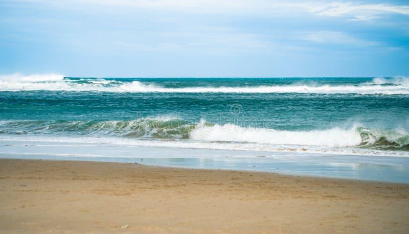 Sandy Beach com esmagamento de ondas fotos de stock royalty free