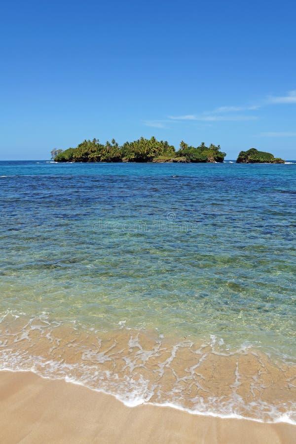 Sandy Beach com ilha unspoiled imagem de stock