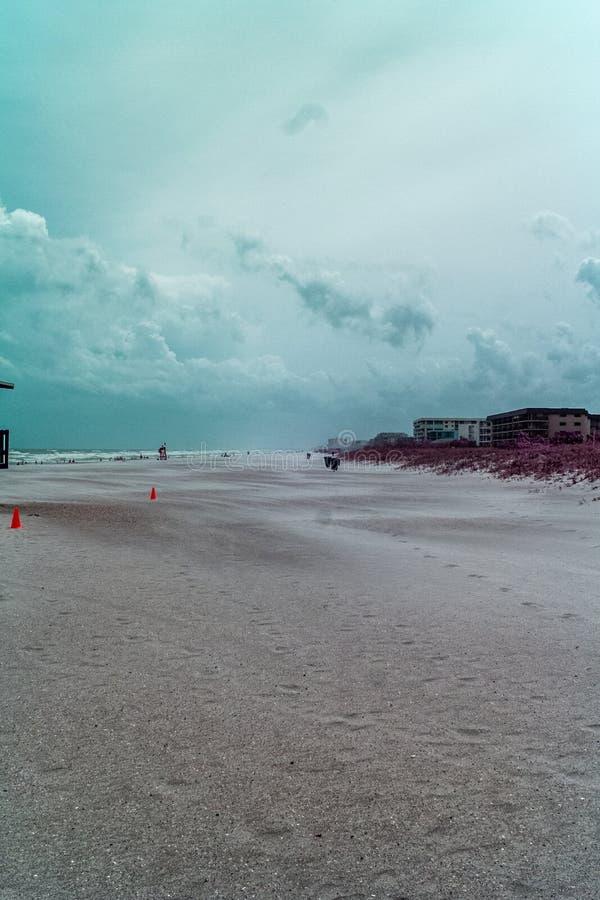 Sandy Beach dans la couleur hyper photographie stock libre de droits