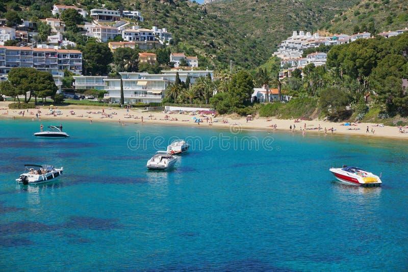 Sandy Beach de Costa Brava da Espanha com barcos Catalonia fotos de stock