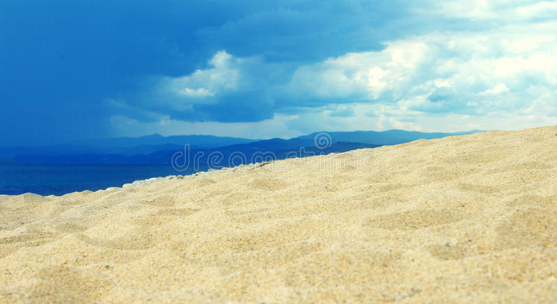 Sandy Beach e ondas Paisagem do mar foto de stock royalty free