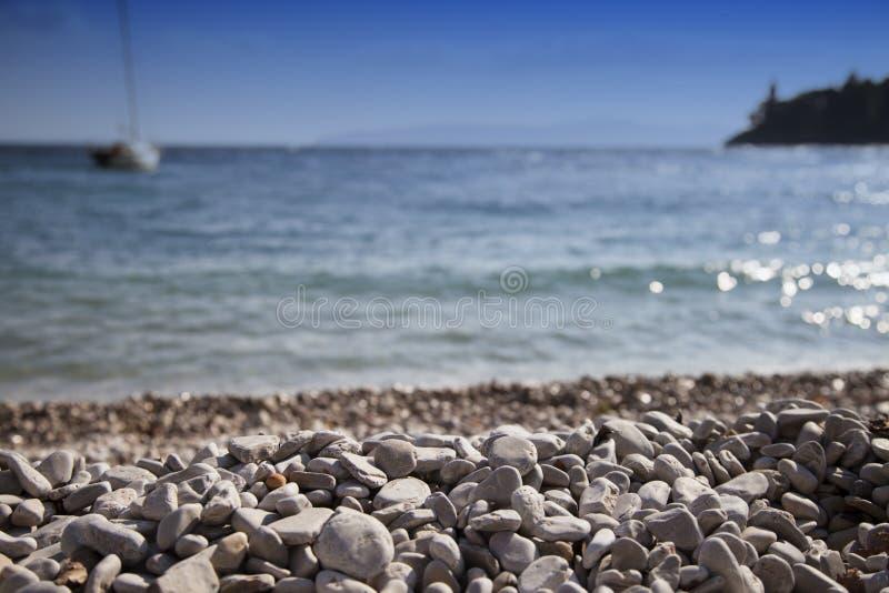 Sandy Beach e veleiro brancos imagem de stock