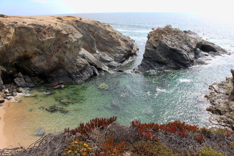 Sandy Beach in einer Bucht stockbilder