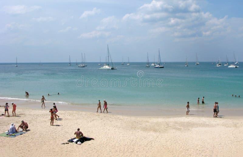 Sandy Beach em Tailândia em Phuket com povos imagem de stock royalty free