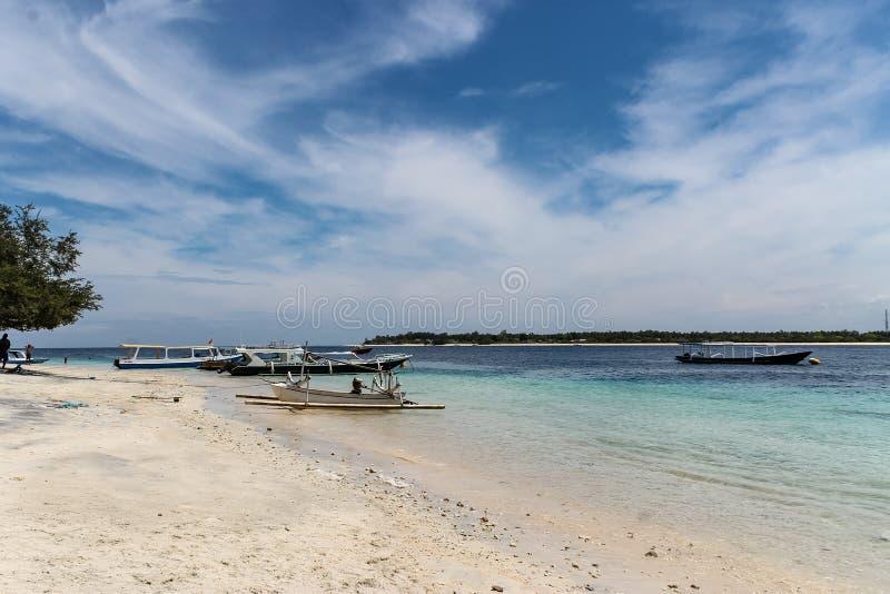 Sandy Beach med fartyg på Gili Trawangan fotografering för bildbyråer