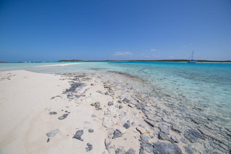 Sandy Beach mit den Charter-Katamarann verankert lizenzfreie stockfotografie
