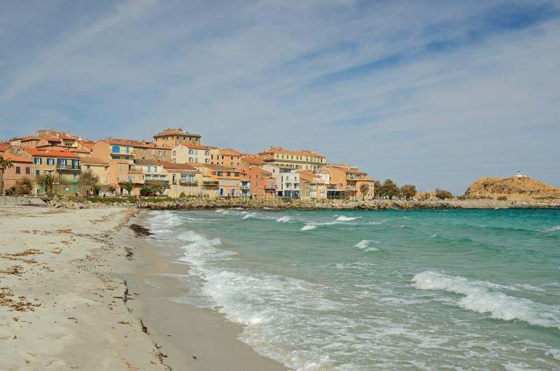 Sandy Beach no l& corso x27 da cidade; Iles-Rousse imagem de stock royalty free