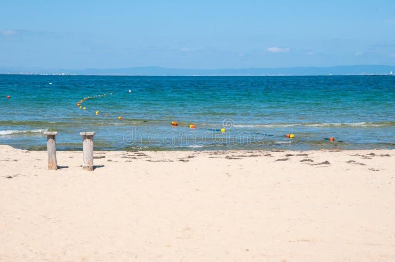 Sandy Beach och blått hav arkivbilder