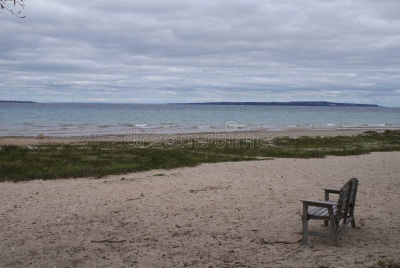 In Sandy Beach op het Meer royalty-vrije stock fotografie