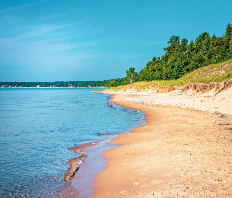 Sandy Beach på Whitefishdyndelstatsparken på Lake Michigan arkivbild