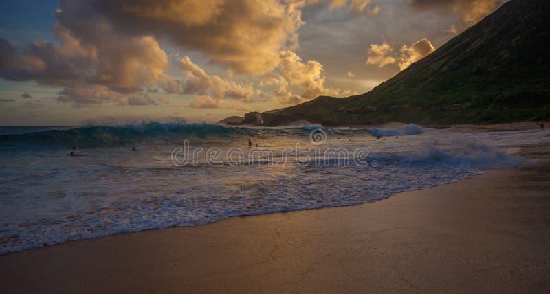 Sandy Beach Park Sunset Oahu excitante bonito Havaí fotos de stock royalty free