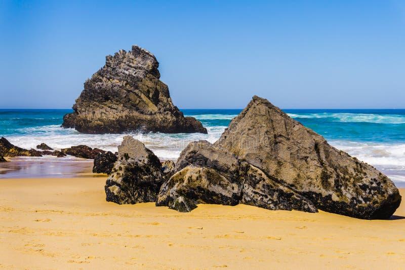 Sandy Beach rochoso no litoral rochoso de Oceano Atlântico da praia de Adraga foto de stock royalty free
