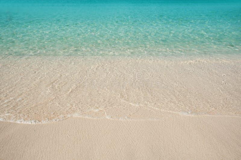 Sandy Beach und blaues Wasser des Meeres lizenzfreies stockfoto