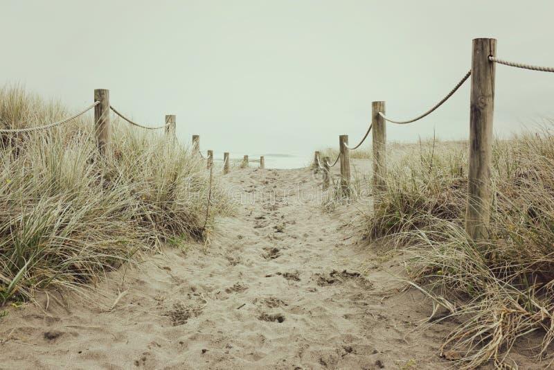 Sandy et une voie Roped mène à la plage photos stock