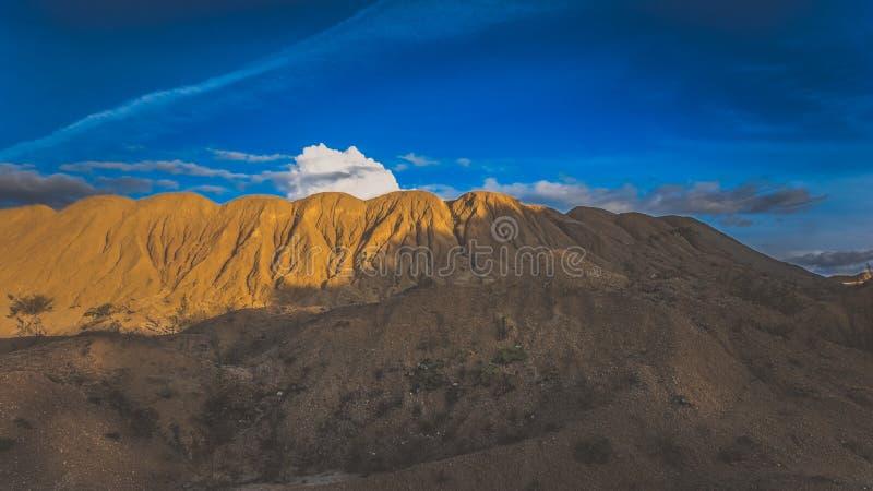 Sandy Hills Sandy Canyon Warme kleurenachtergrond Gele zandsteen geweven berg, wit dun zandduin, heldere hemel stock foto's