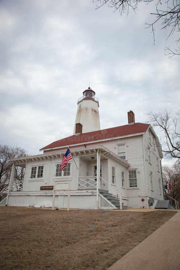 Sandy Hook Lighthouse och Lightkeepers hus royaltyfria bilder
