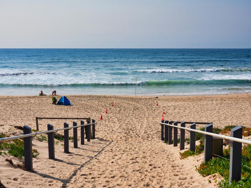 Sandy Path à praia de Cronulla, Sydney, Austrália fotos de stock royalty free