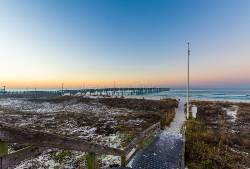 Sandy Path Leading à praia da Cidade do Panamá, Florida no nascer do sol fotos de stock