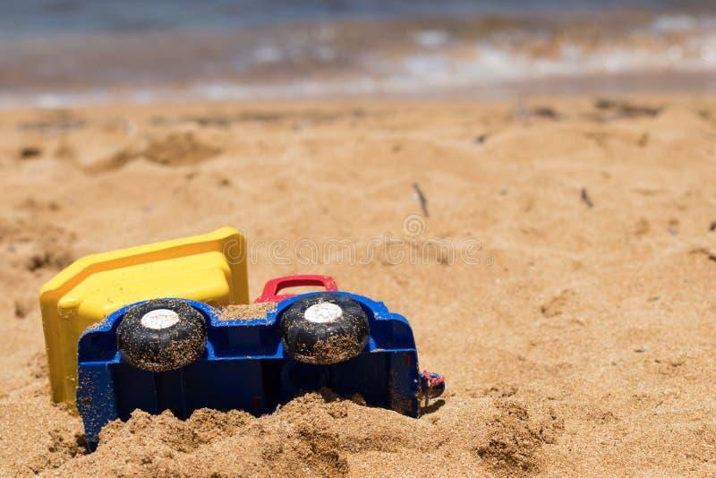 Sandy Plastic Toy Truck op Mediterraan strand royalty-vrije stock foto