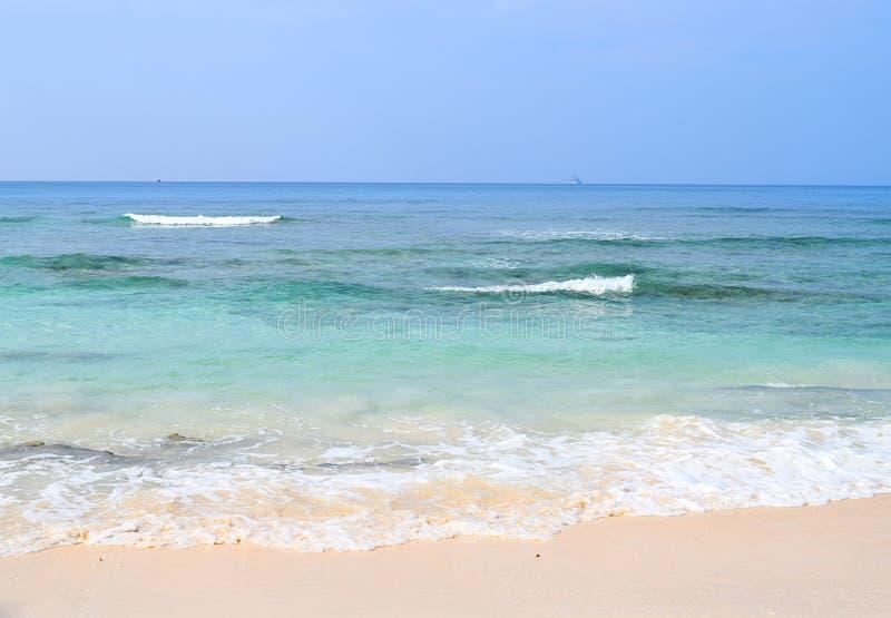 Sandy Sea Shore branco com matiz do azul na água e em ondas espumosas - praia de Radhanagar, ilha de Havelock, Andaman Nicobar, Í foto de stock royalty free