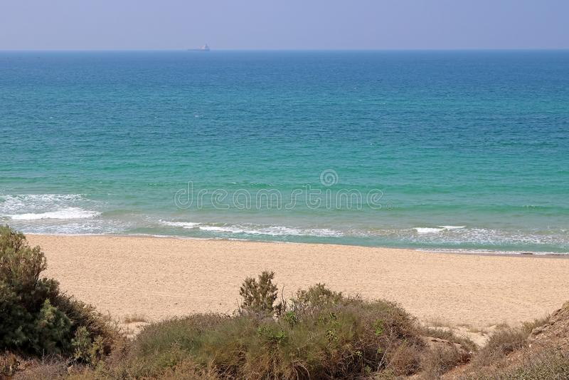 Sandy-Strand des Mittelmeeres in Nationalpark Ashkelon lizenzfreies stockfoto