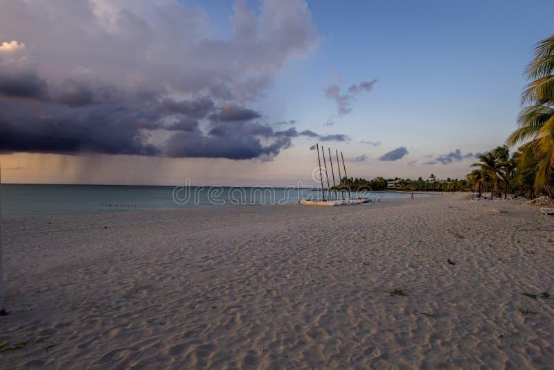 Sandy-Strand im kubanischen Sommer lizenzfreie stockbilder