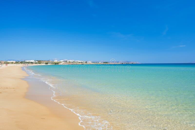 Sandy-Strand mit dem ?berraschen des ruhigen Wassers auf Paros-Insel, Griechenland stockfotos