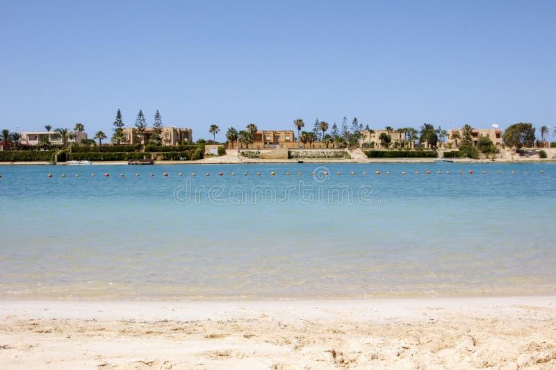 Sandy-Strand mit Luxushäusern lizenzfreie stockfotos