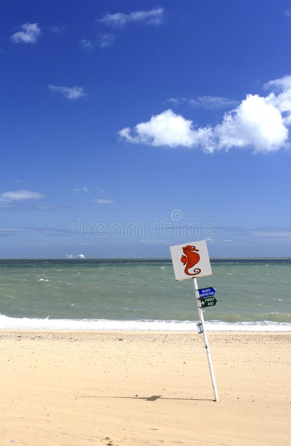 Download Sandy-Strand und Zeichen stockbild. Bild von seahorse, feiertag - 873273