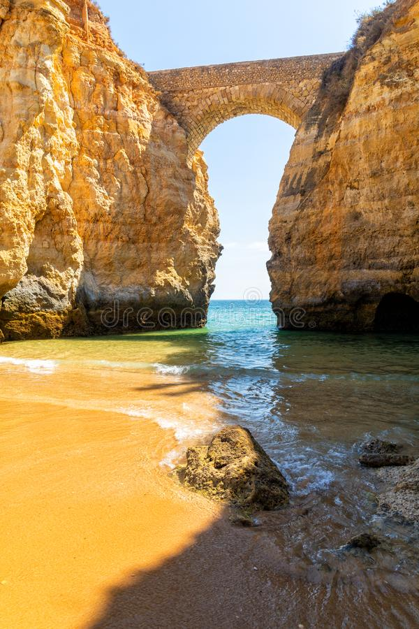 Sandy-Strand unter Bogen in Lagos, Algarve Region, Süd-Portugal stockfoto