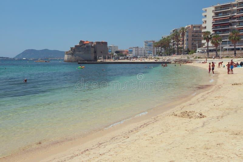 Sandy-stranden vid havskusten Toulon, Frankrike royaltyfri fotografi