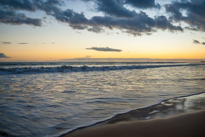 Sandy wybrzeże wyspa, fale Turystyka, spokój, wakacje przy morzem, rejs Wieczór przy morzem zdjęcia stock