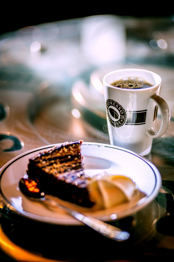 Sanfefjord, Noruega, casa del café express, estropea 2019 - taza del café express del café con el pastel de queso en la tabla foto de archivo