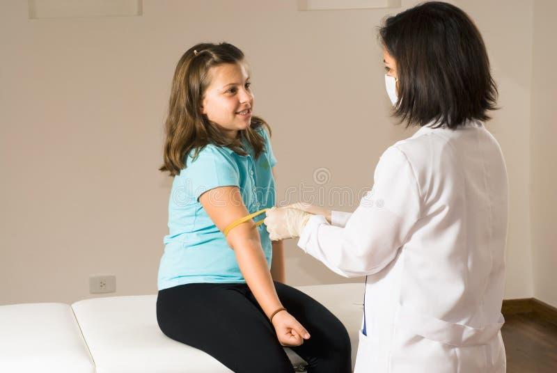 Sang de retrait d'infirmière d'un patient photo libre de droits