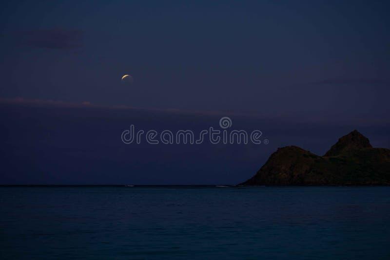 Sang superbe Wolf Moon Eclipse au-dessus de Lanikai, Hawaï 2019 photos libres de droits