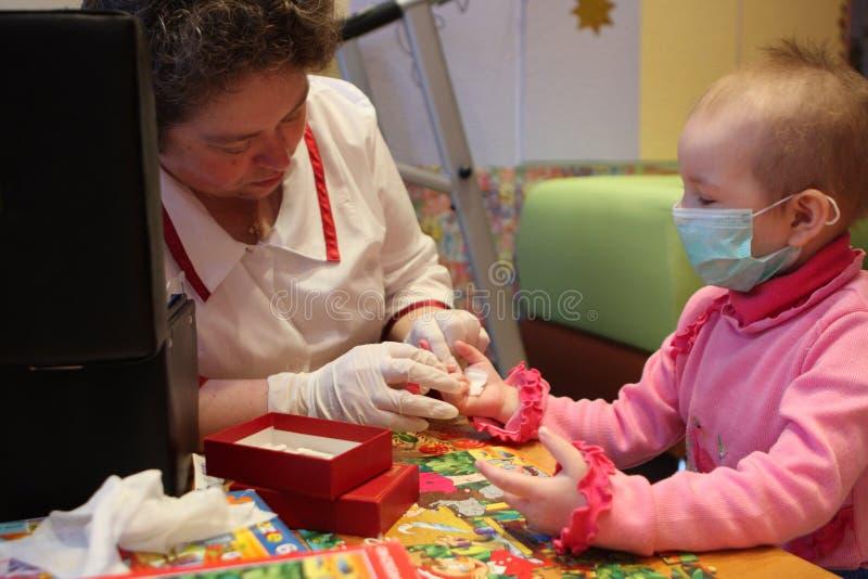 Sang testé dans le service de l'oncologie pédiatrique photos stock