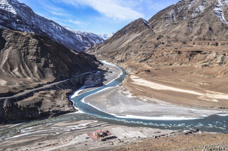 Sangam van sindhu en zanskar rivier stock foto