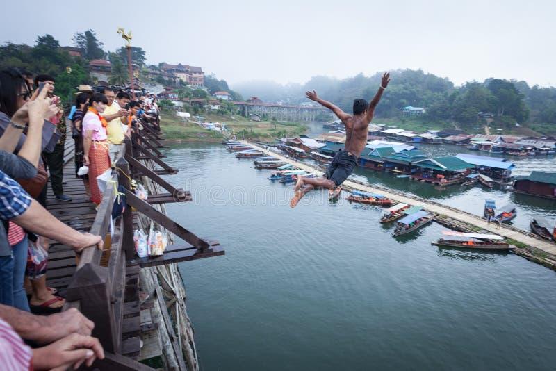 SANGKHLABURI THAILAND - DECEMBER 27, 2015: Asien hoppar den unga pojken arkivbild