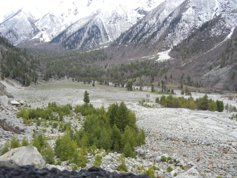 Sangla dolina - wycieczka samochodowa z wspaniałym widokiem obraz royalty free