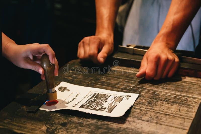 Sangrado, Eslovênia - setembro, 8 2018: Perto acima das mãos da mulher que fazem uma lembrança só, fazendo um selo pessoal do ver imagens de stock royalty free